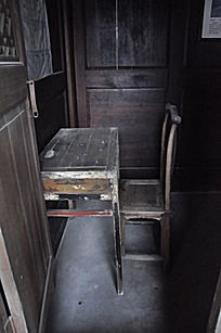 老旧木质桌椅