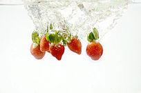 落入水中的草莓水果特写图片