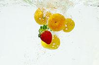 落入水中的水果特写图片