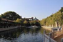 园林湖泊边的景色