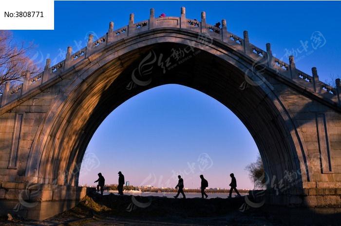 玉带桥下人物剪影图片