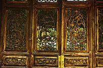镂空雕刻图案的木门扇