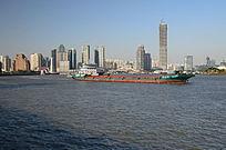上海黄浦江上的货轮