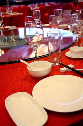 酒店宴会餐具摆台