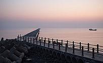 日出前海上栈道
