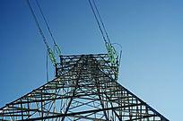 蓝天下高压输电线铁塔
