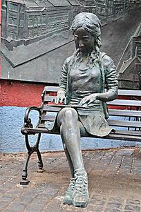 美丽的少女人物雕塑