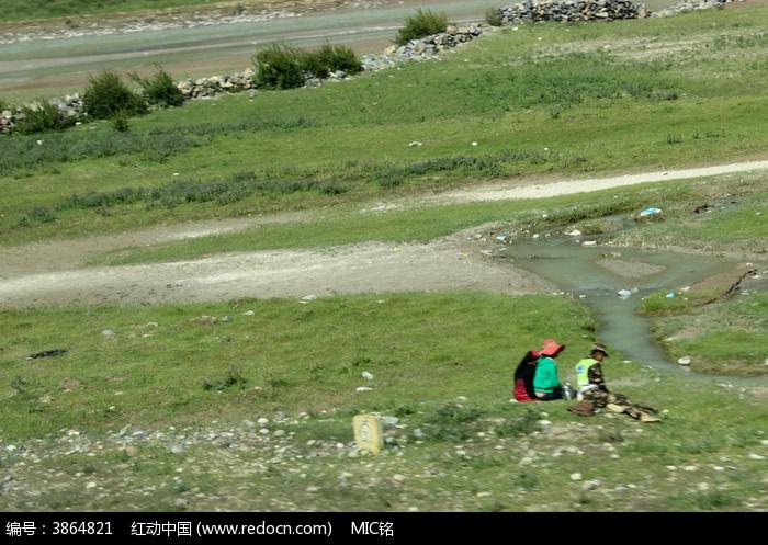 西藏蓝天白云的大草原图片