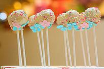 红色和蓝色小翻糖花装饰的棒棒糖蛋糕
