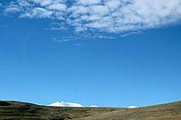 西藏蓝天白云草原冰山