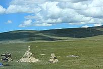 西藏蓝天白云大草原石像