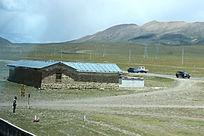 西藏蓝天白云大草原站岗的士兵