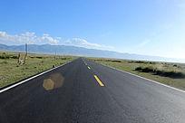 西藏蓝天白云下空旷的马路