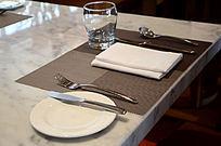 高档西餐厅餐台餐具碟子刀叉摆设