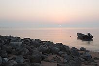 海边礁石及渔船