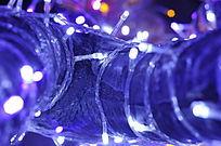 缠绕LED灯的树干局部
