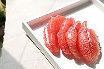 阳光下晶莹的蜜柚果瓣