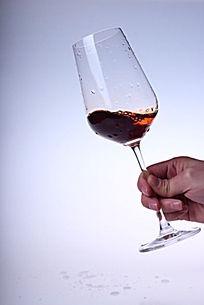 高脚杯中晃动的红酒