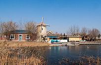 冬季水边的特色建筑