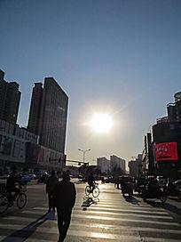 城市天空太阳倒影