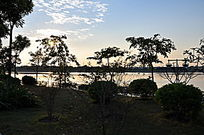 夕阳下的湖面与天空