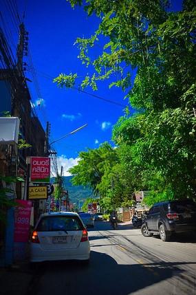 蓝天白云下的街景