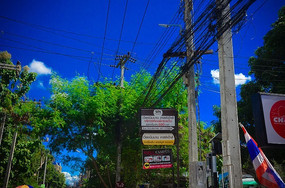 蓝天白云下交错的电线杆