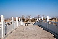 一座拱桥桥面
