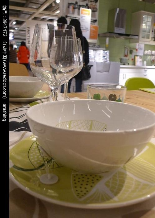 碗盘与高脚杯图片