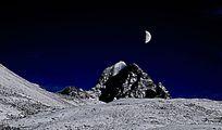 九架海的明月和雪山