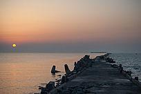 太阳在海堤附近升起