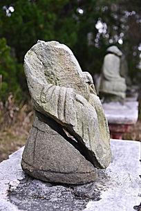 完全被损坏的无头石像