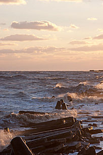 海浪冲击海堤