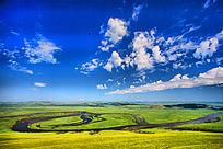 白云朵朵的草原河流
