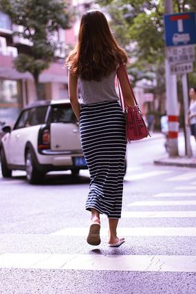 过马路的女子