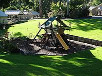 户外草地儿童滑梯