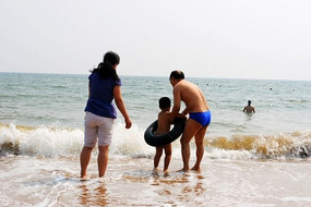 一家三口人在戏海