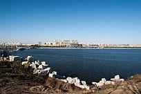 碧绿恩湖水与岸边建筑