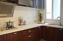 橱柜和现代风格装饰的厨房