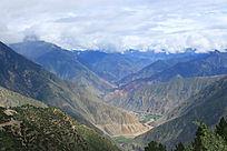 西藏云雾缭绕的山脉