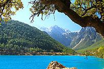 山谷蓝色湖泊