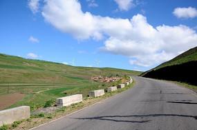 草原上的路和村庄