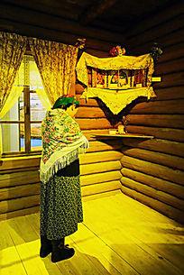 华俄后裔在木刻楞民居内祈祷