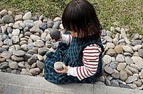 玩石头的小女孩