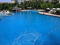 宾馆的蓝色游泳池