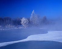美丽的冰河雾凇风光