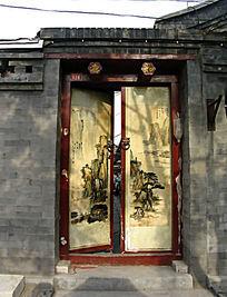 山水画的四合院宅门