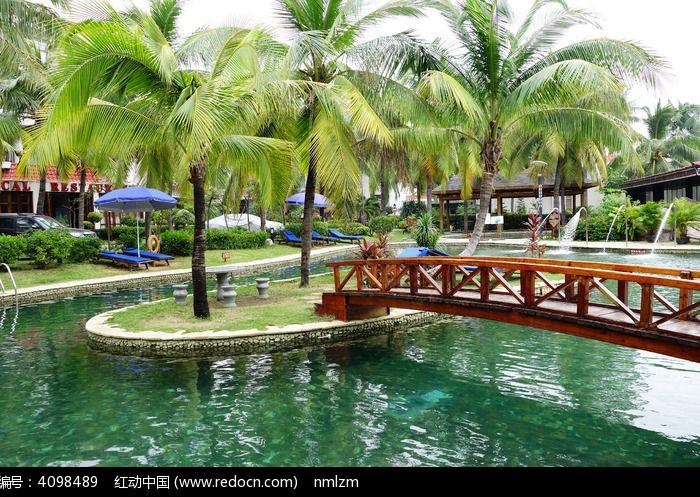 室外游泳池木桥图片