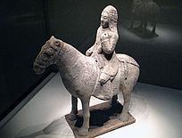北朝陶骑马武士俑