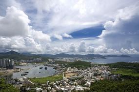 在高处俯瞰居民楼群建筑和港湾